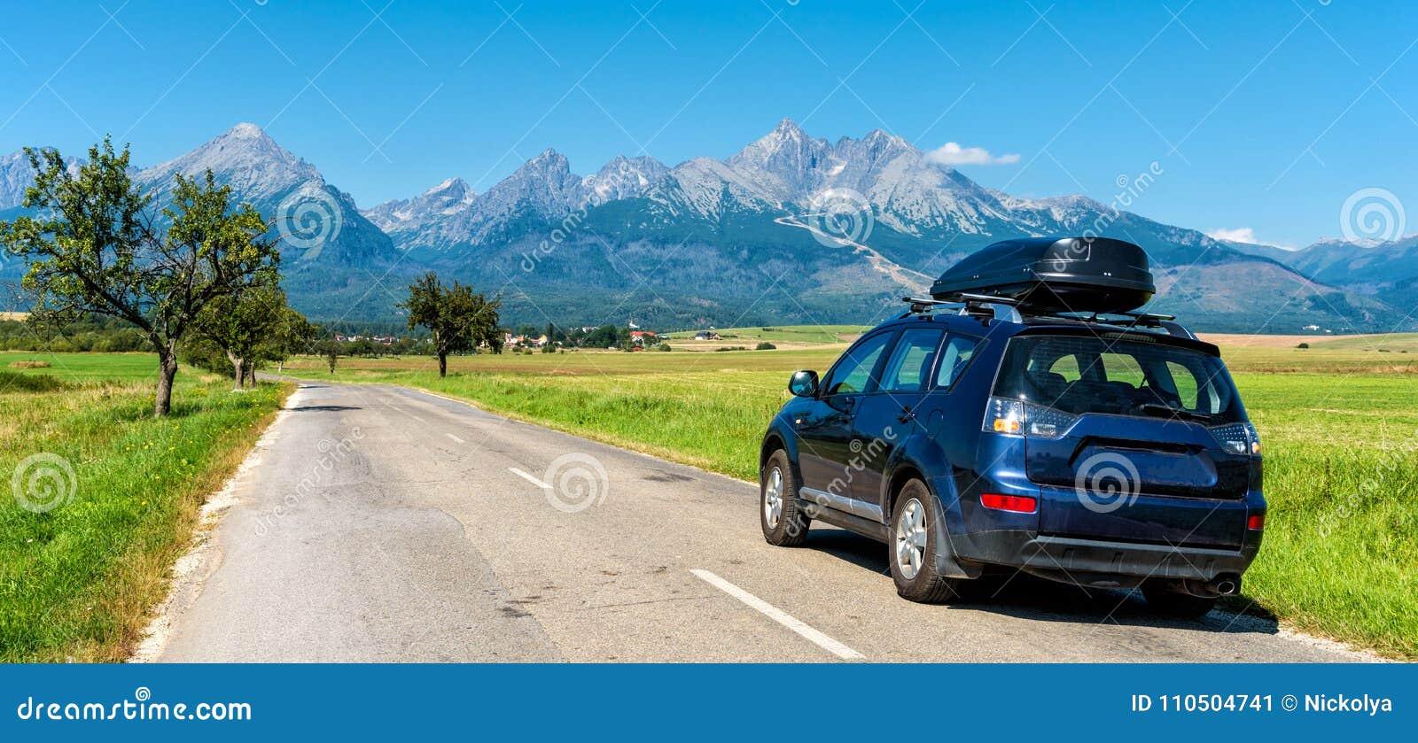 Bil för att resa med en takkugge på en bergväg