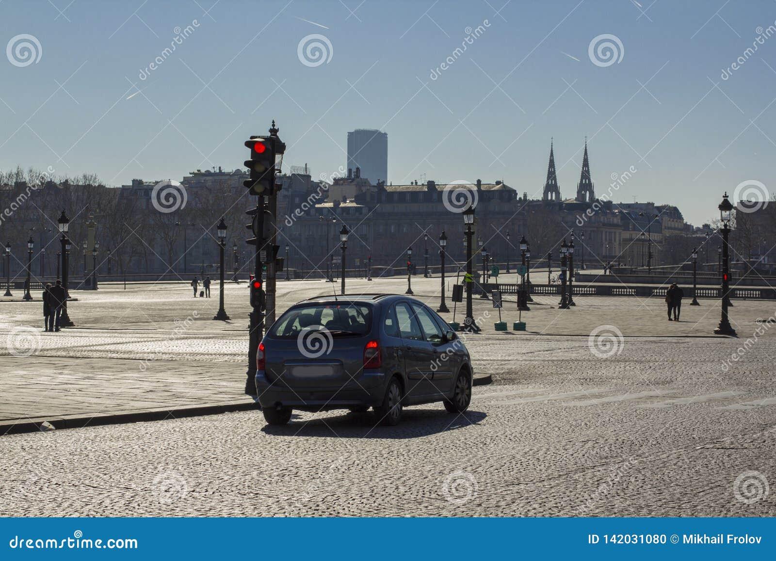 Bil i en tom fyrkant i paris i eftermiddagen