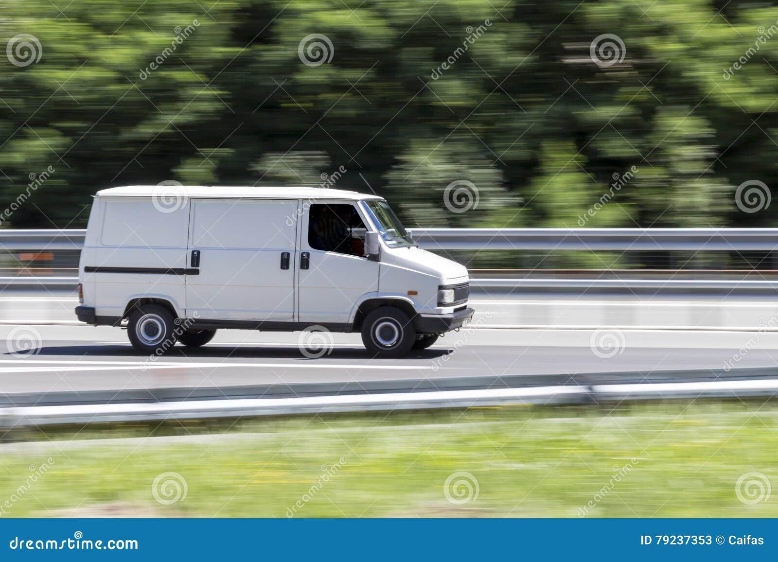 Bil i snabb rörelse med att panorera effekt på huvudvägen