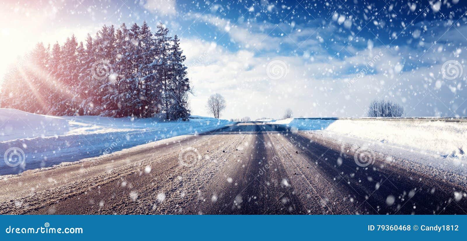 Bil på vintervägen