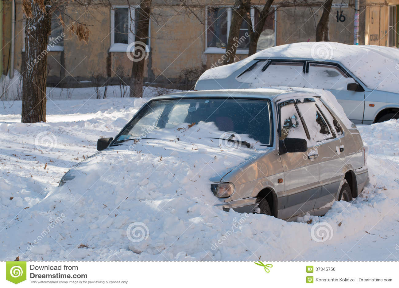Bil som begravas i snö.