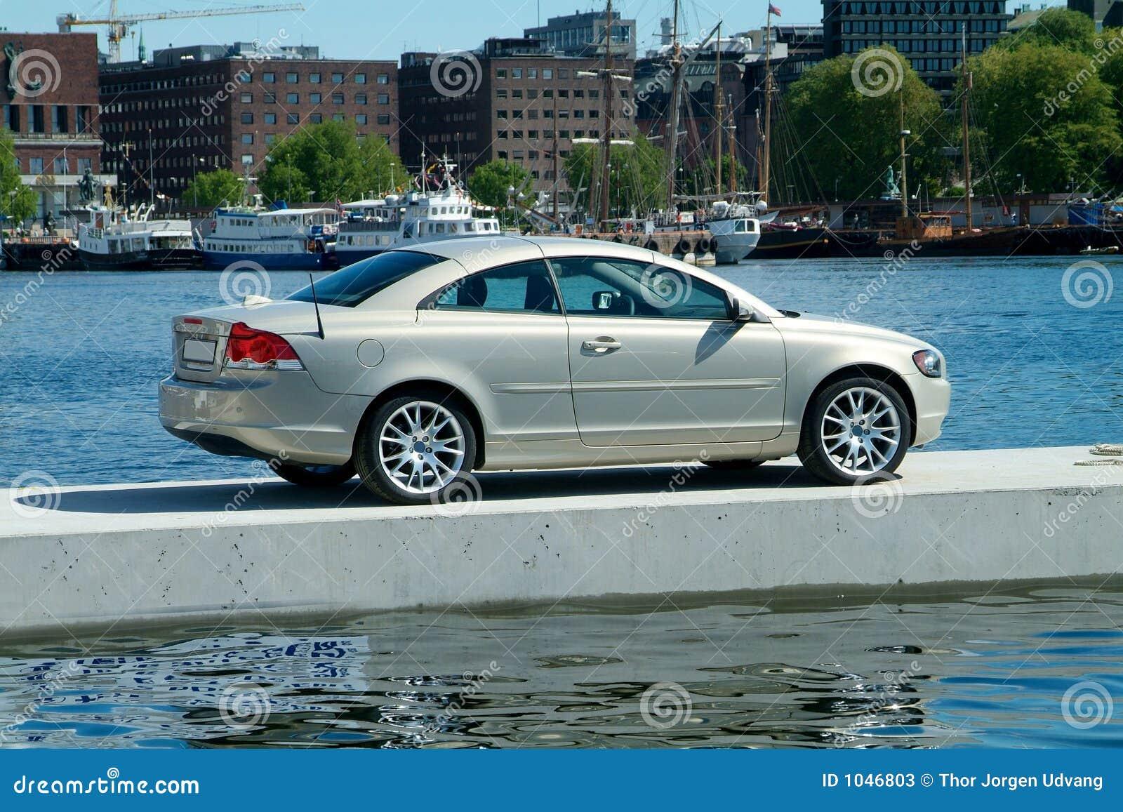 Bil som flottörhus den parkerade pir