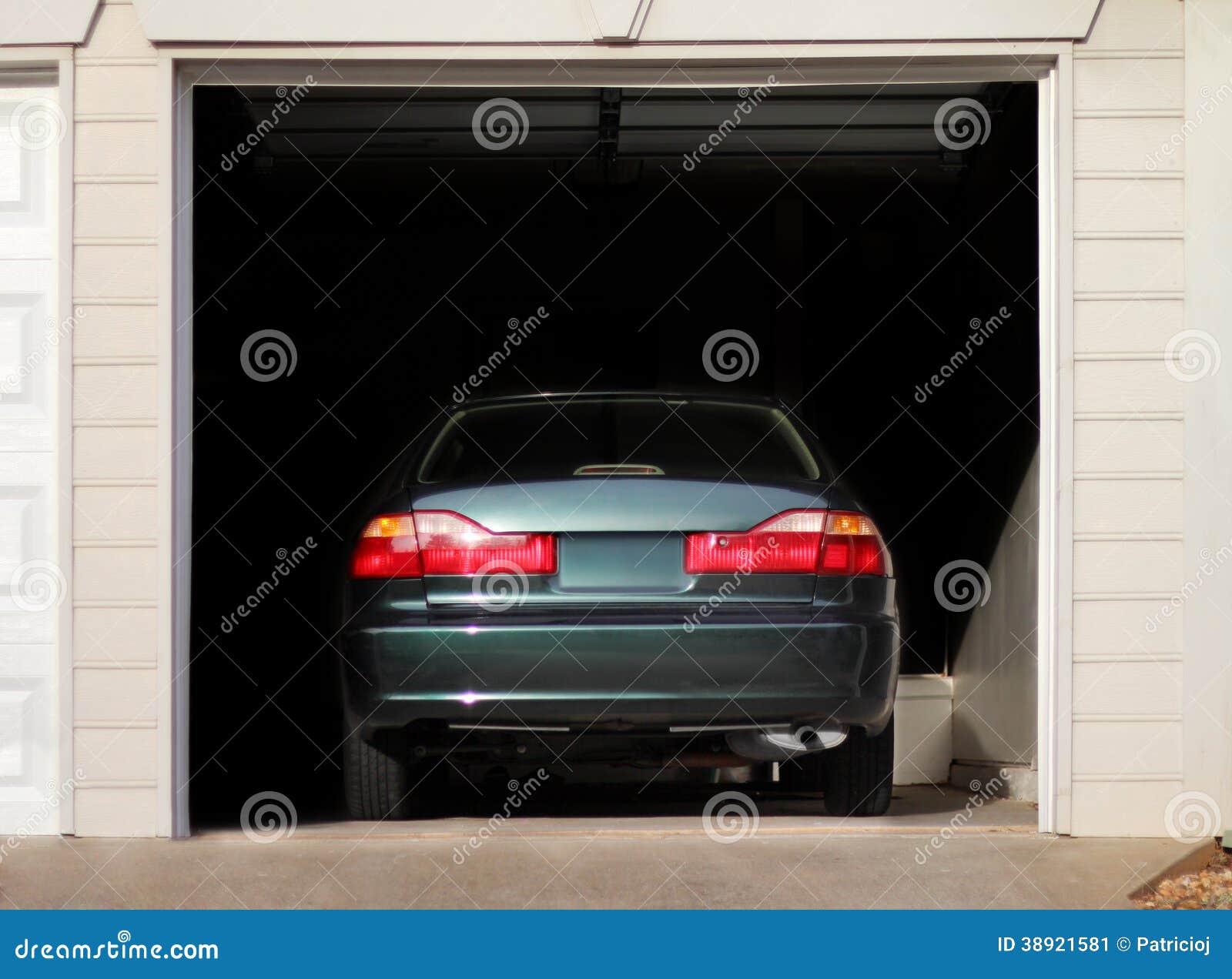Bil som parkeras i ett garage