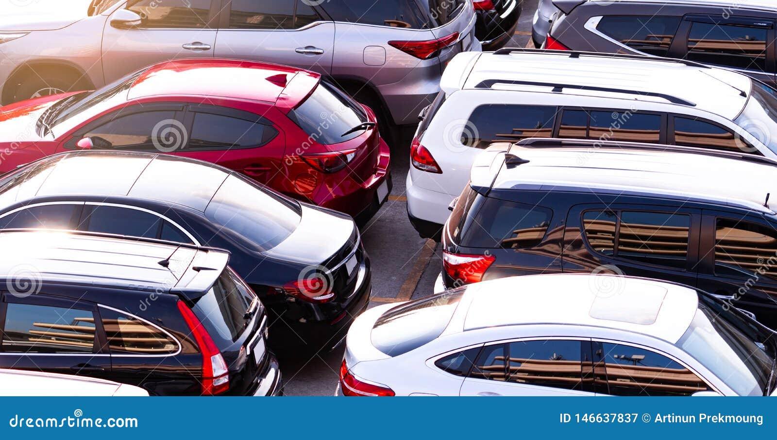 Bil som parkeras på den konkreta parkeringsplatsen av shoppinggallerian i ferie r Bilindustri