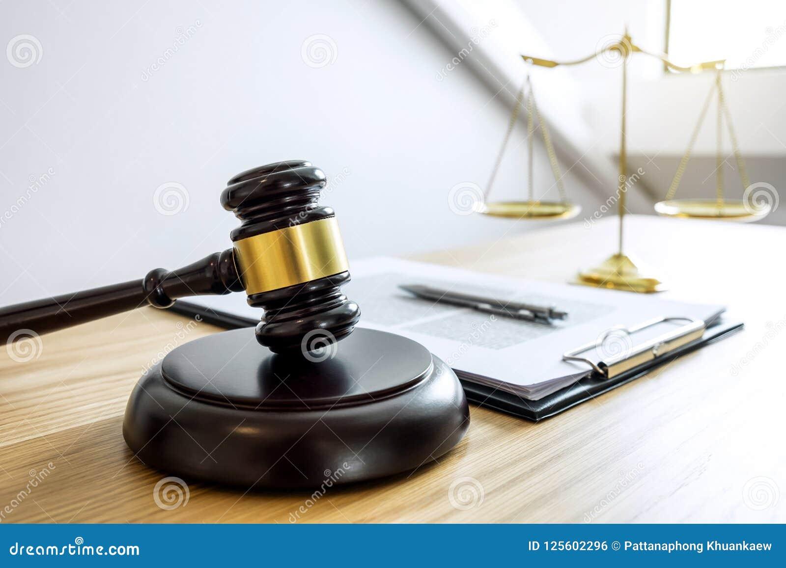 Bilancia della giustizia e Gavel sul suono blocco, oggetto e della legge BO