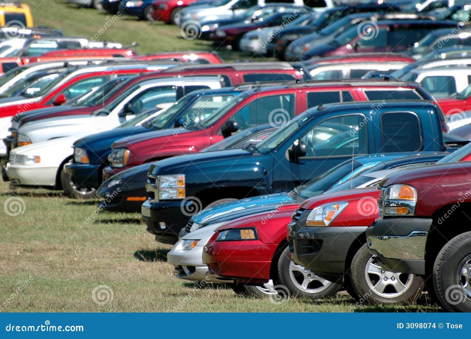 Bilar grupperar parkerat