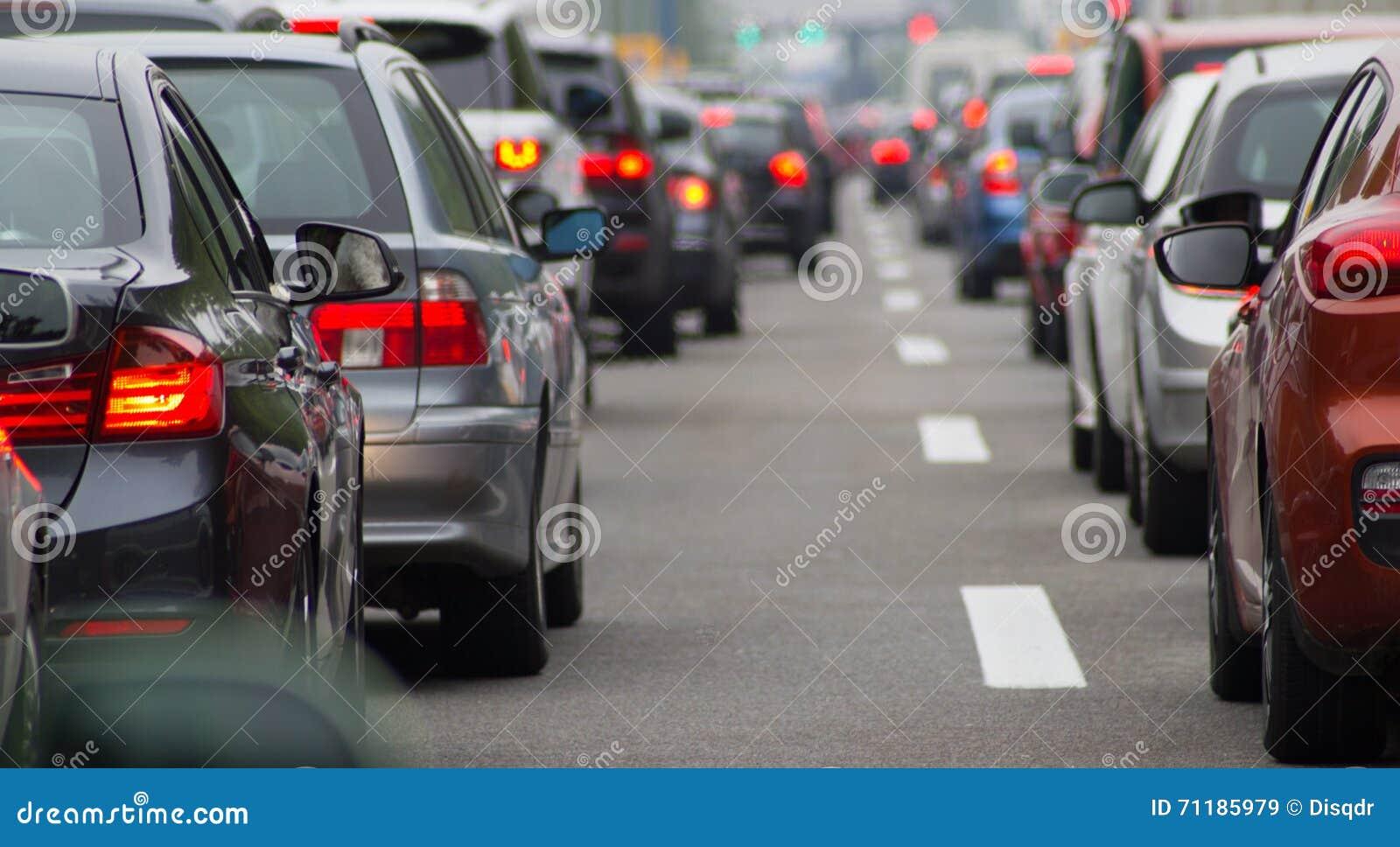 Bilar på huvudvägen i trafikstockning