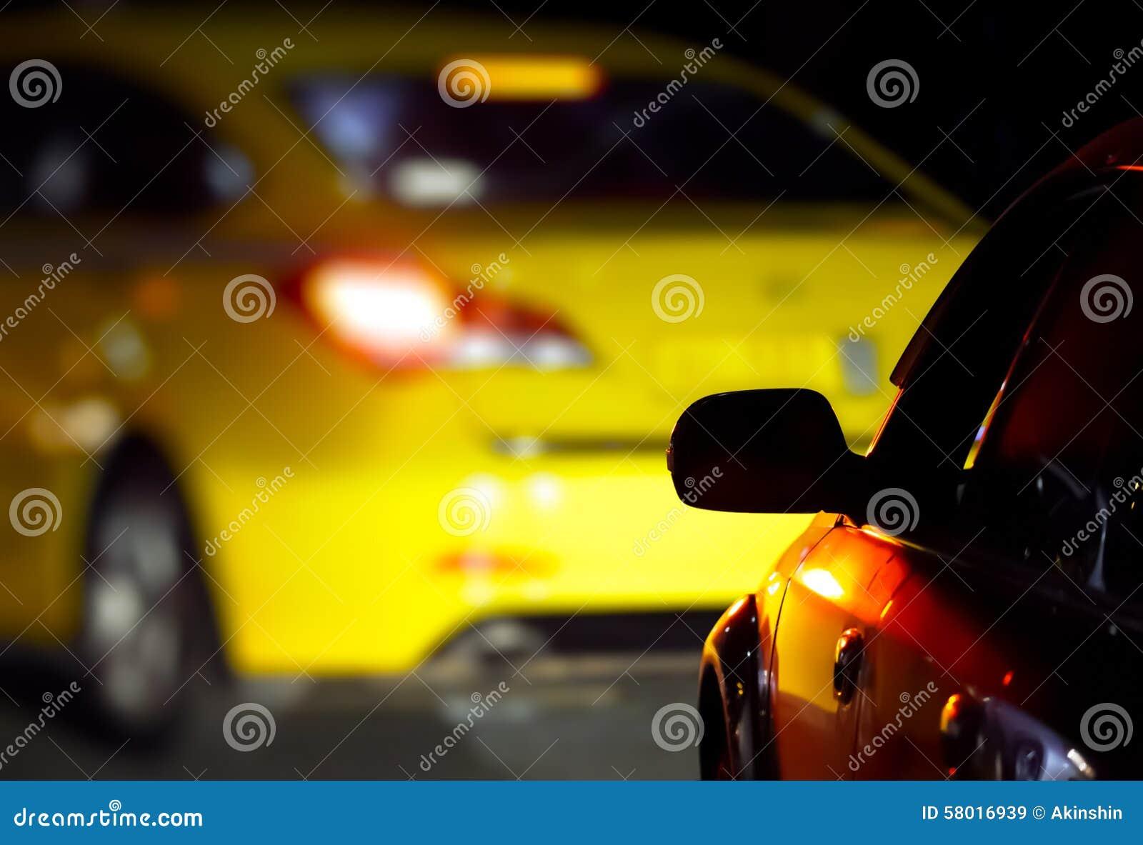 Bilar på vägen i mörkret