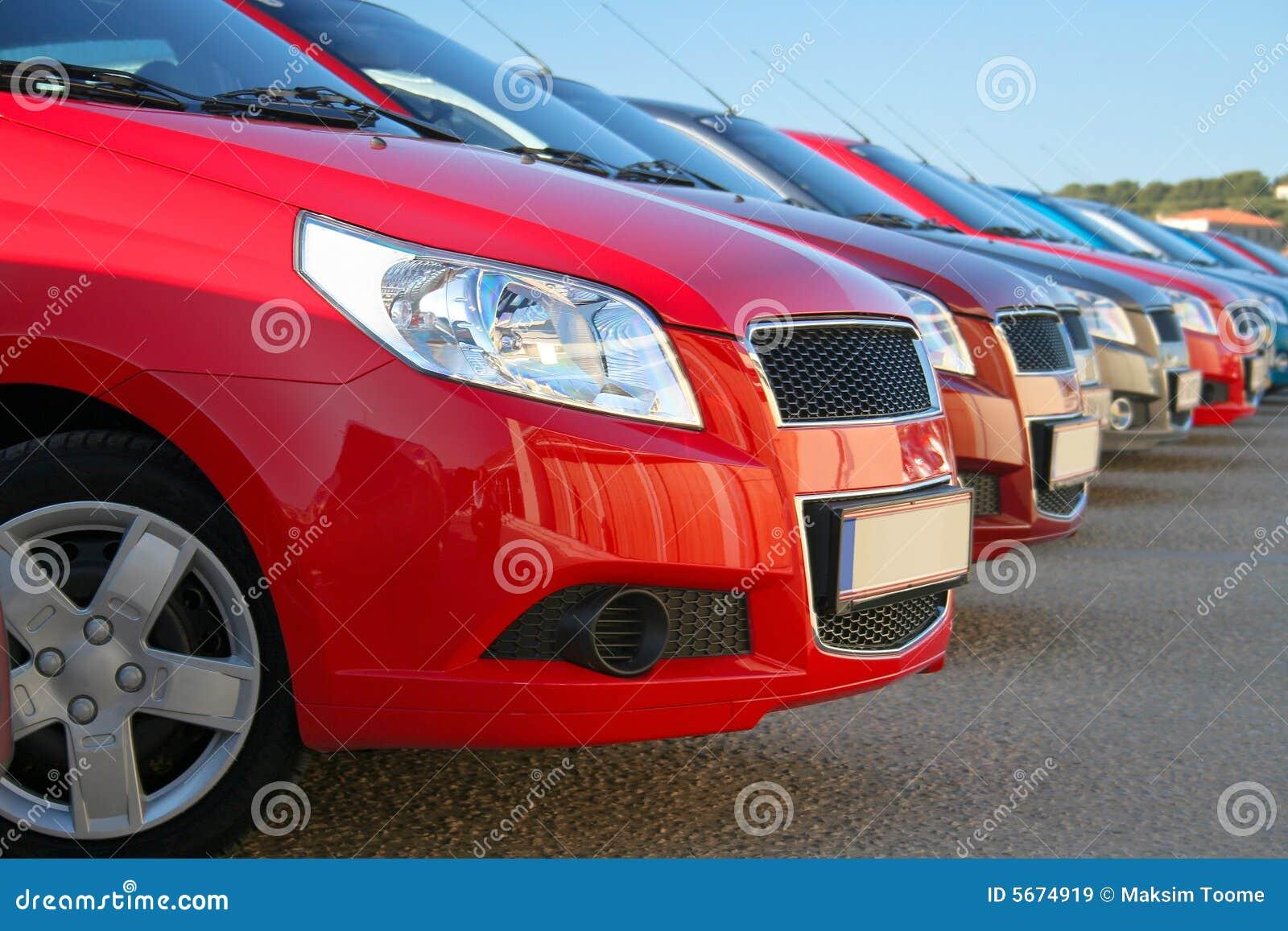 Bilar parkerad rad