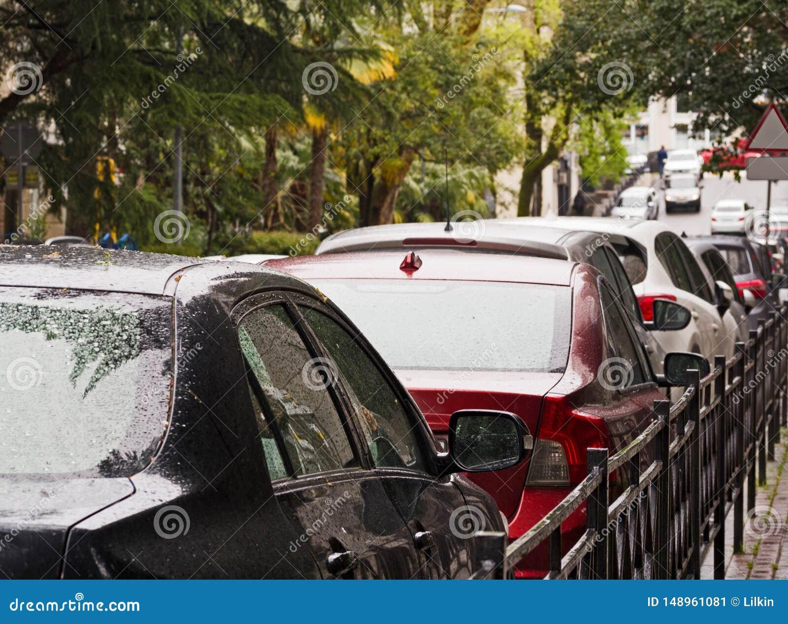 Bilar ror i trafikstockning eller parkerat p? gatan