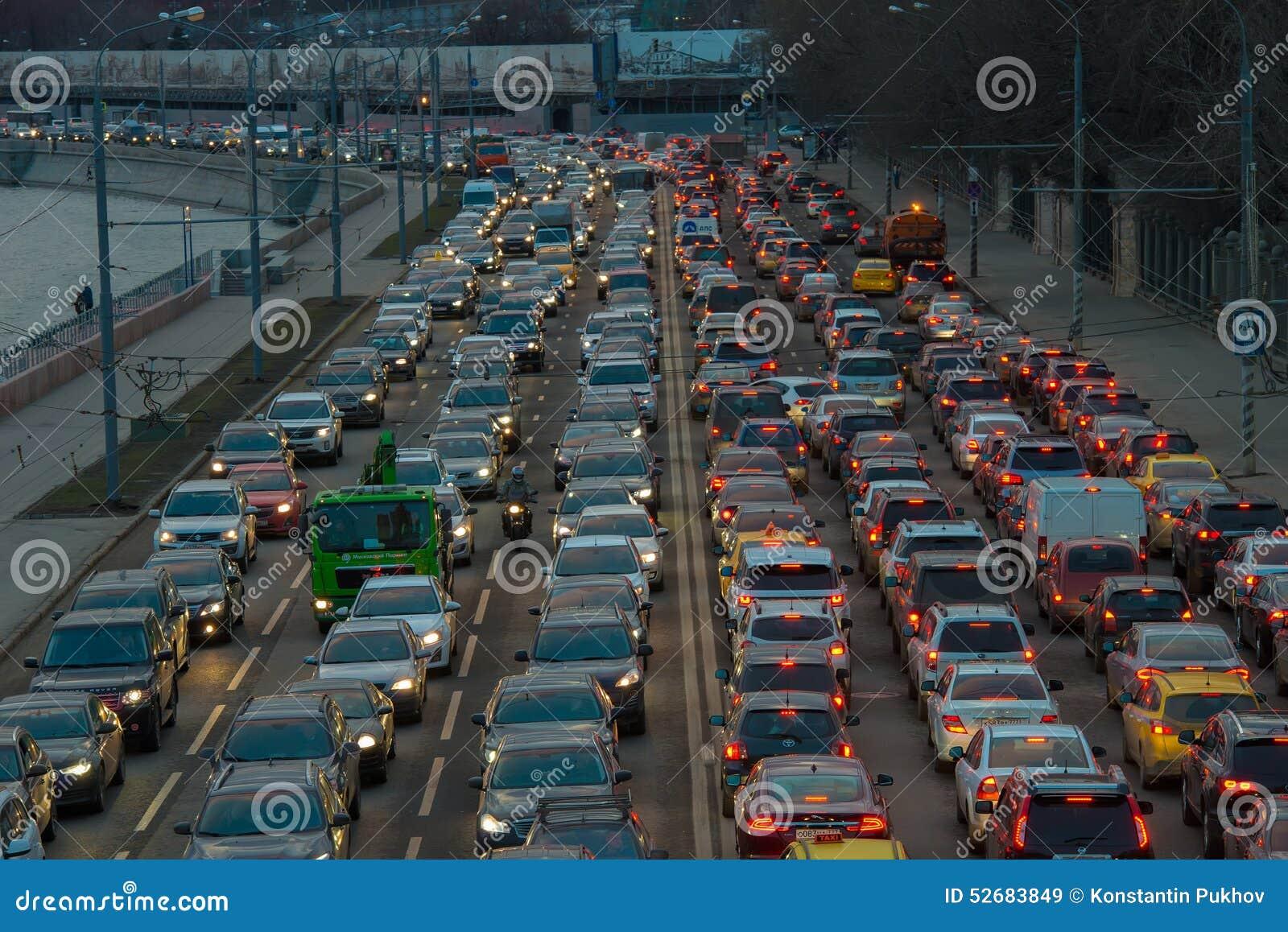 Bilar står i trafikstockning