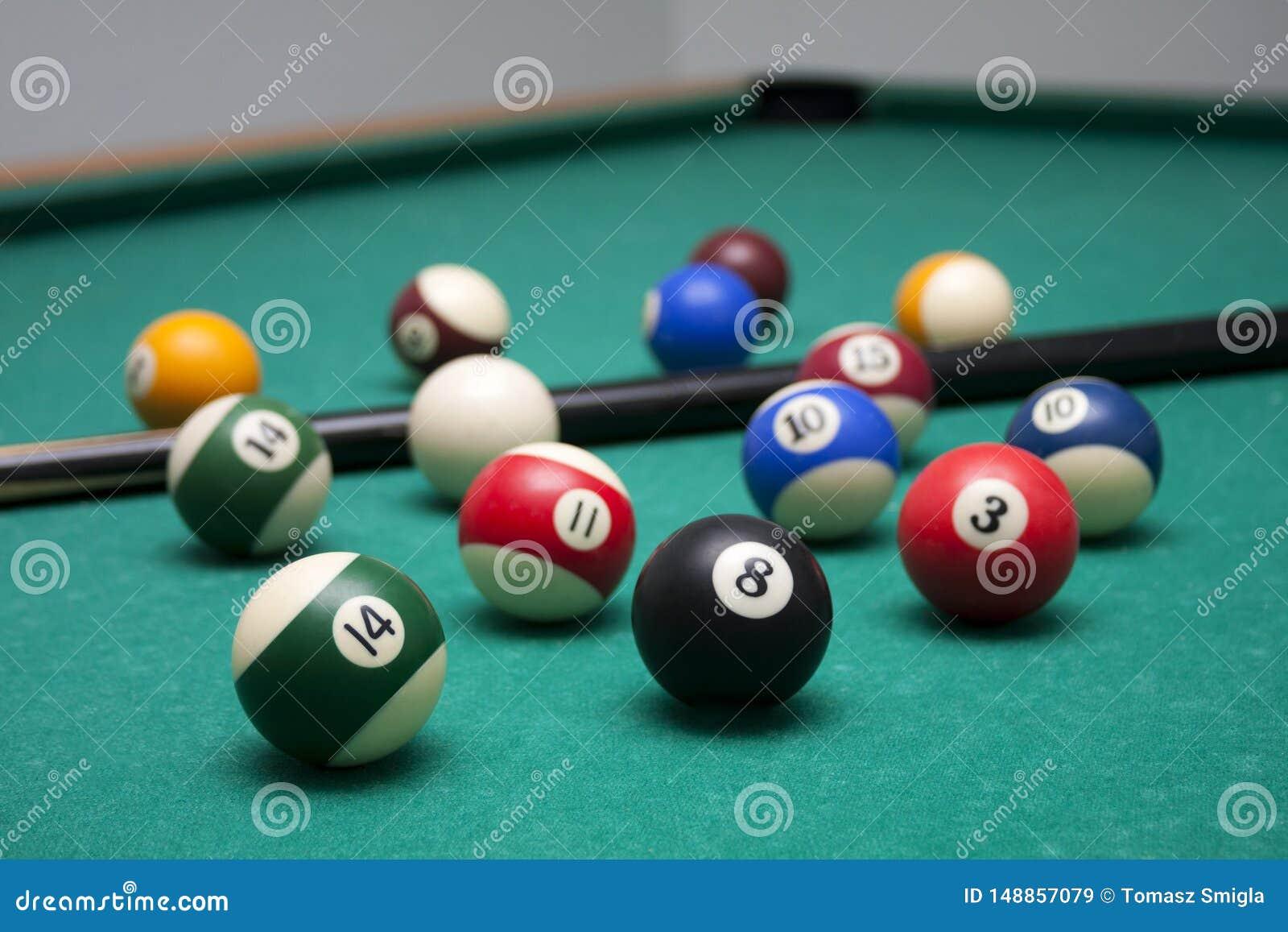 Bilardowe piłki i wskazówka w czasie wolnym tłuc środowisko, udziały billiards na stole, tapetowy tło