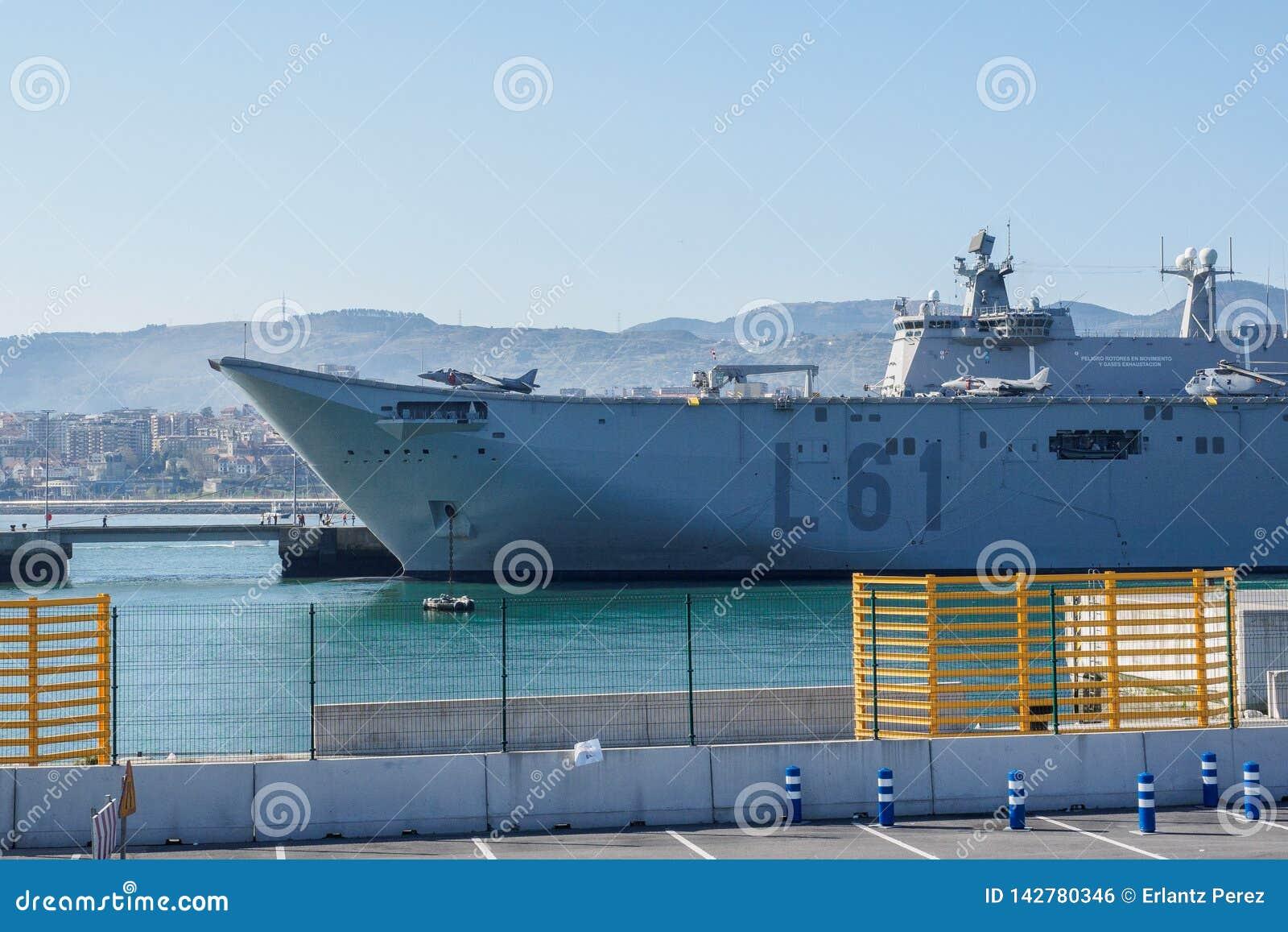 BILBAO, ESPAÑA - MARZO/23/2019 Portaaviones de la marina de guerra española Juan Carlos I en el puerto de Bilbao, día abierto a v