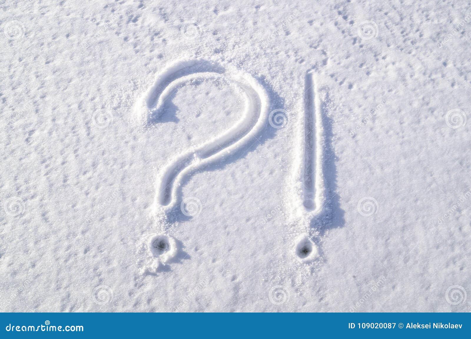 Bild auf dem schneebedeckten Fenster Symbole - Frage und Ausrufezeichen