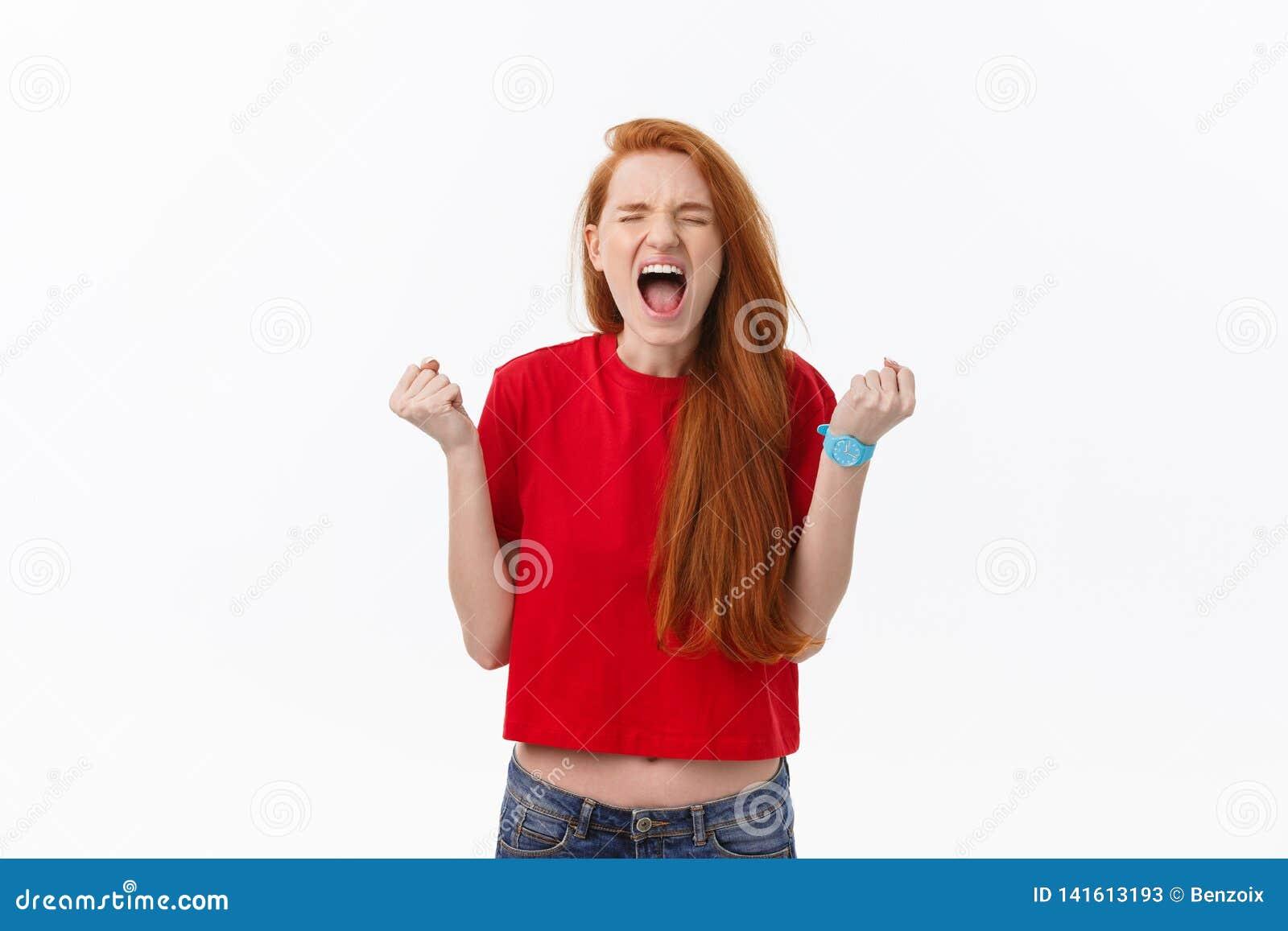 Bild av det ilskna anseendet för ung kvinna som isoleras över vit bakgrund se kameran