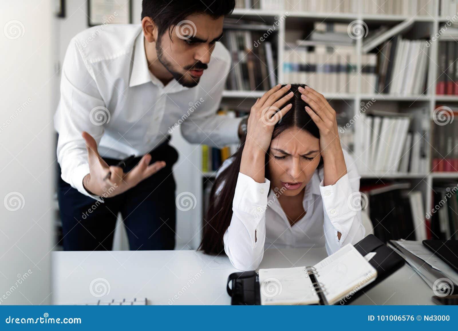 Bild av det ilskna framstickandet som kritiserar hans arbetare