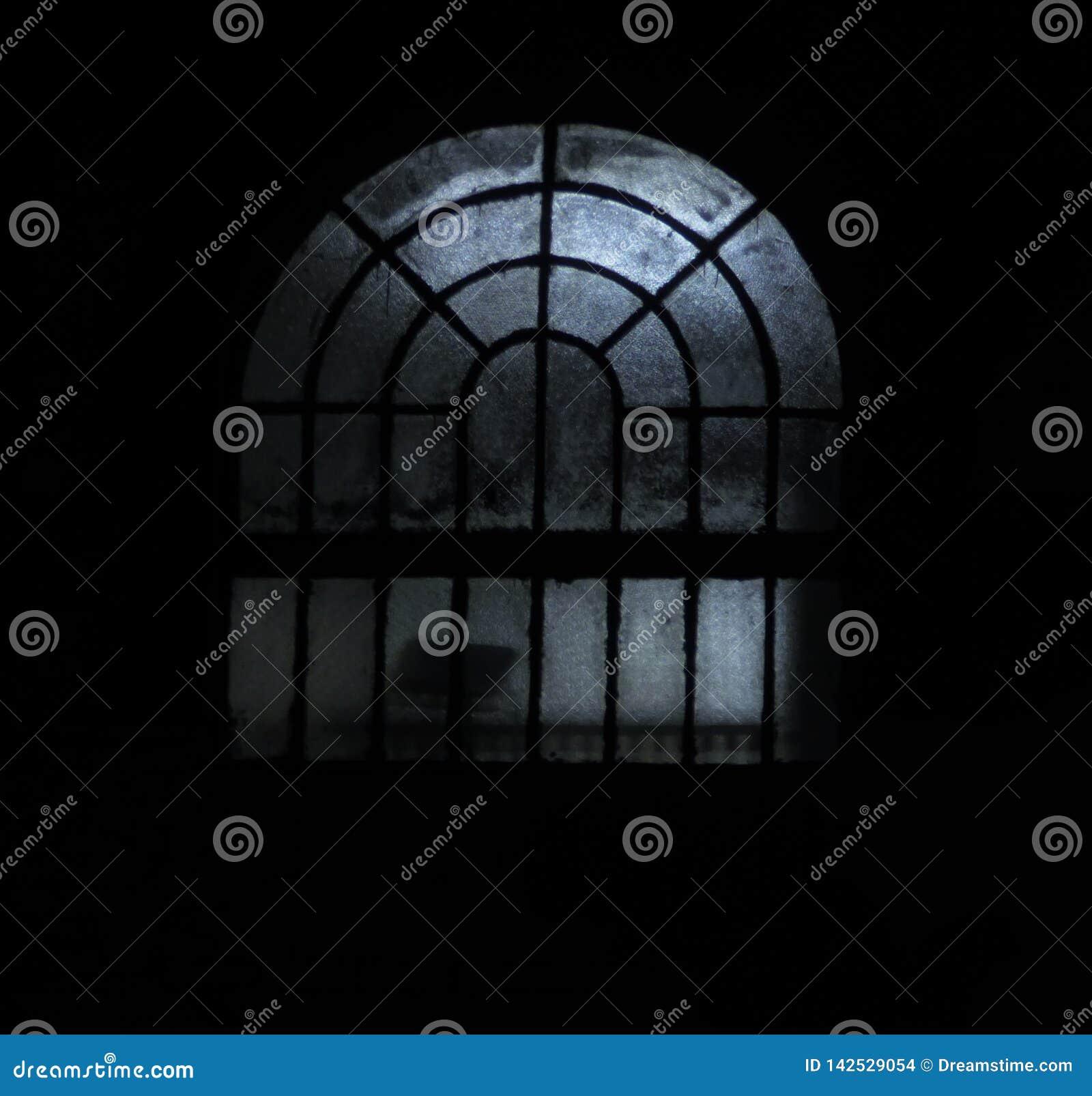 Bild av ett fönster på nattetid med några kusliga ljus
