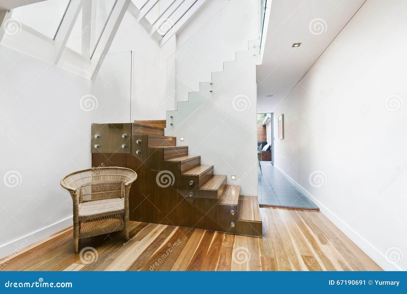 Bild av fast trätrappa med den eleganta glass balustraden ...