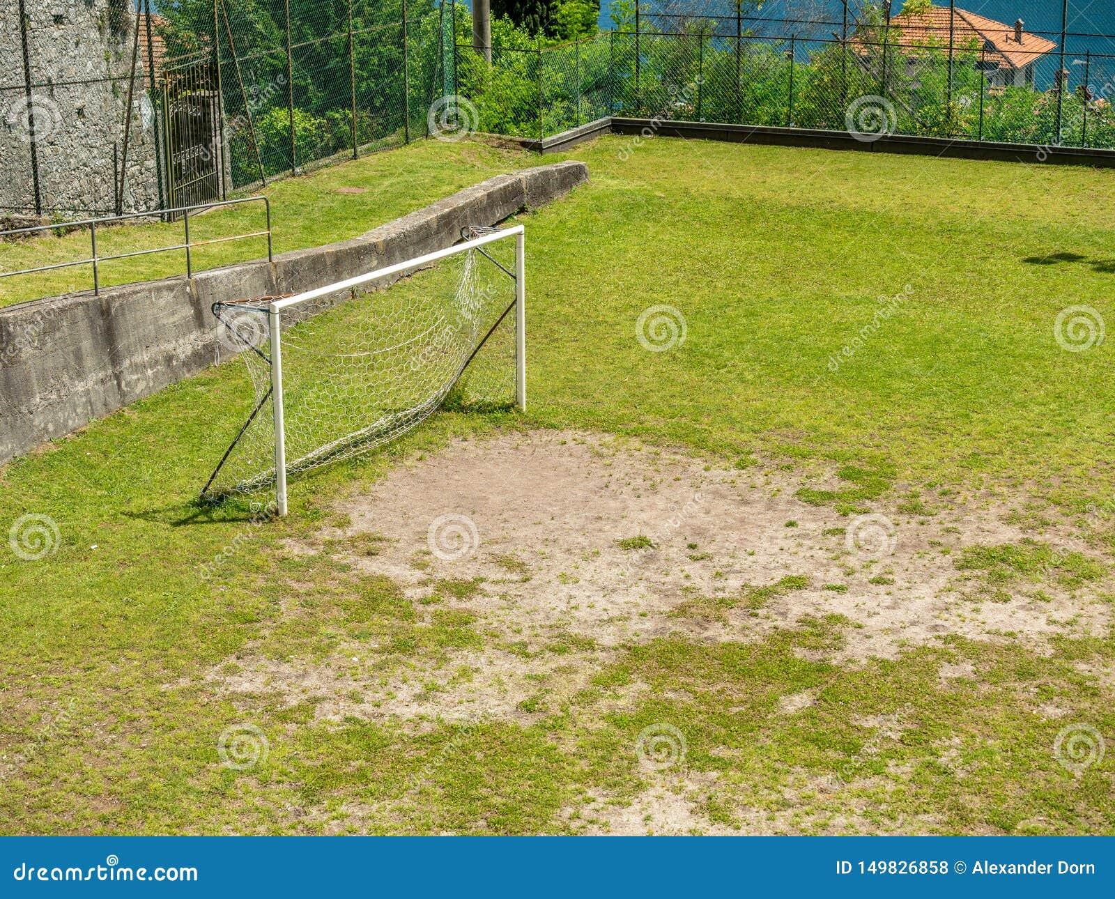 Bild av fotbollmålet på ett fotbollfält