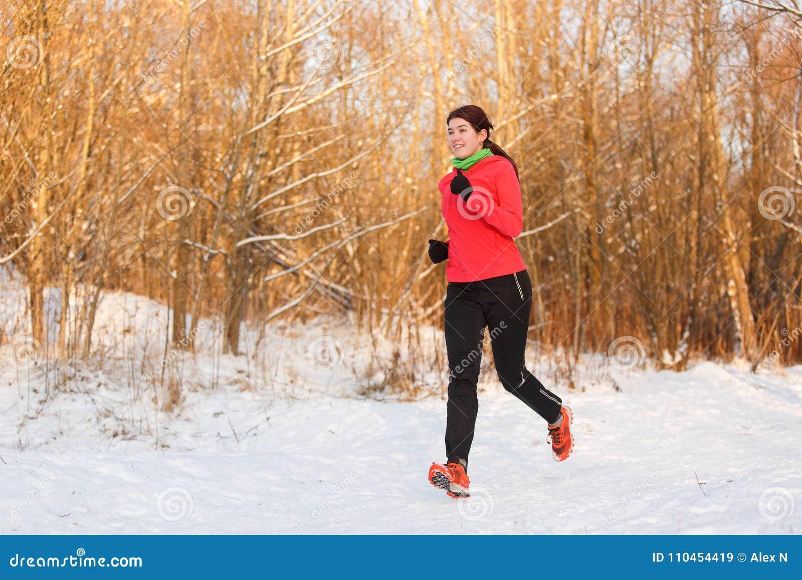 Bild av idrottskvinnan på inkörd vinter