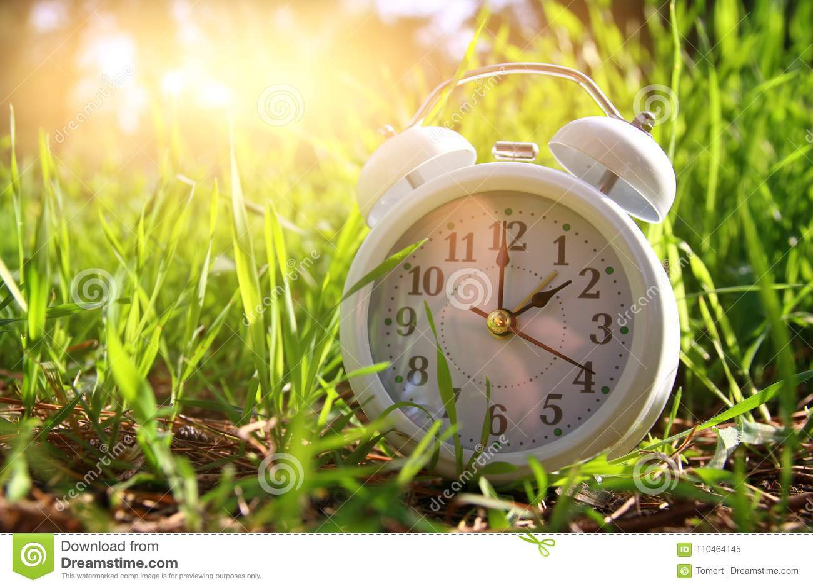 Bild av vårTid ändring Tillbaka begrepp för sommar Tappningringklocka utomhus