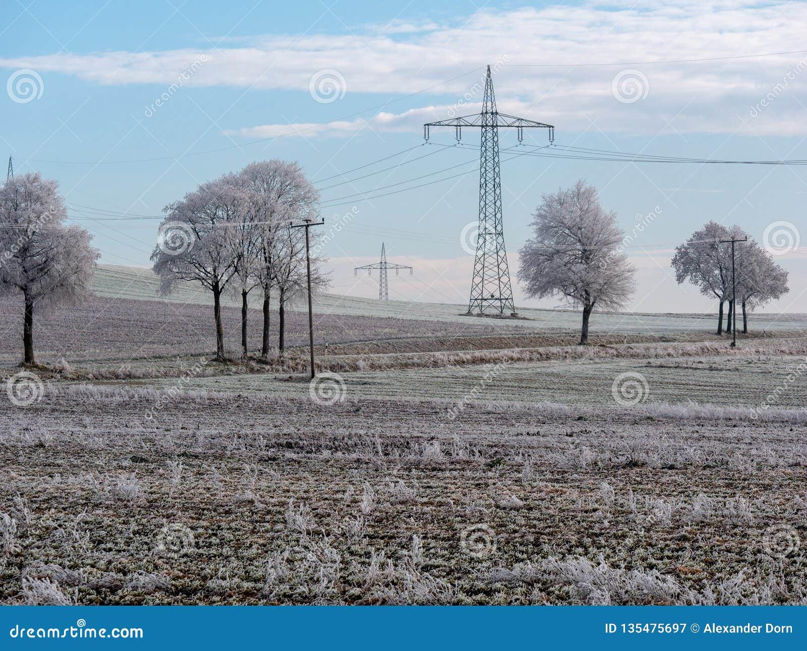 Bild av vinterlandskapet med kraftledningar