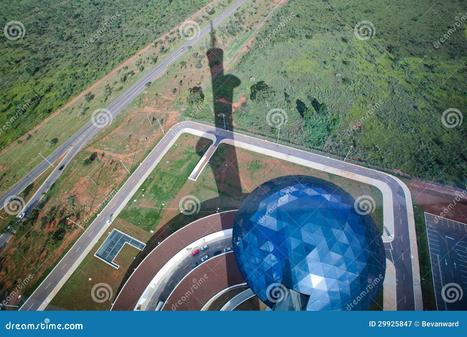 Sehen Sie das Schauen unten von Brasilien Digital Fernsehturm an