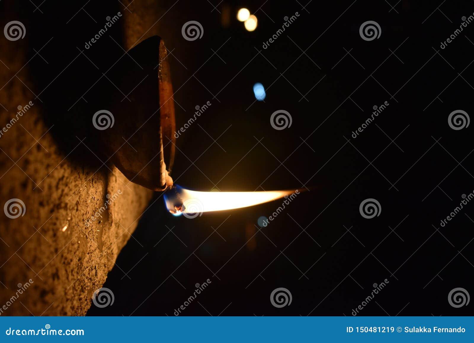 Bild einer beleuchteten Öllampe