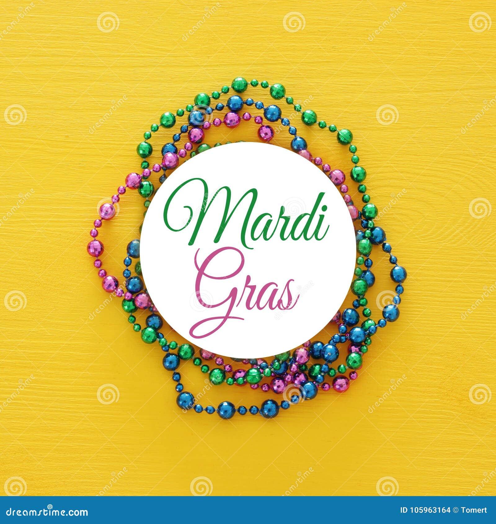 Bild för bästa sikt av färgrika pärlor med textMARDI GRAS Lekmanna- lägenhet