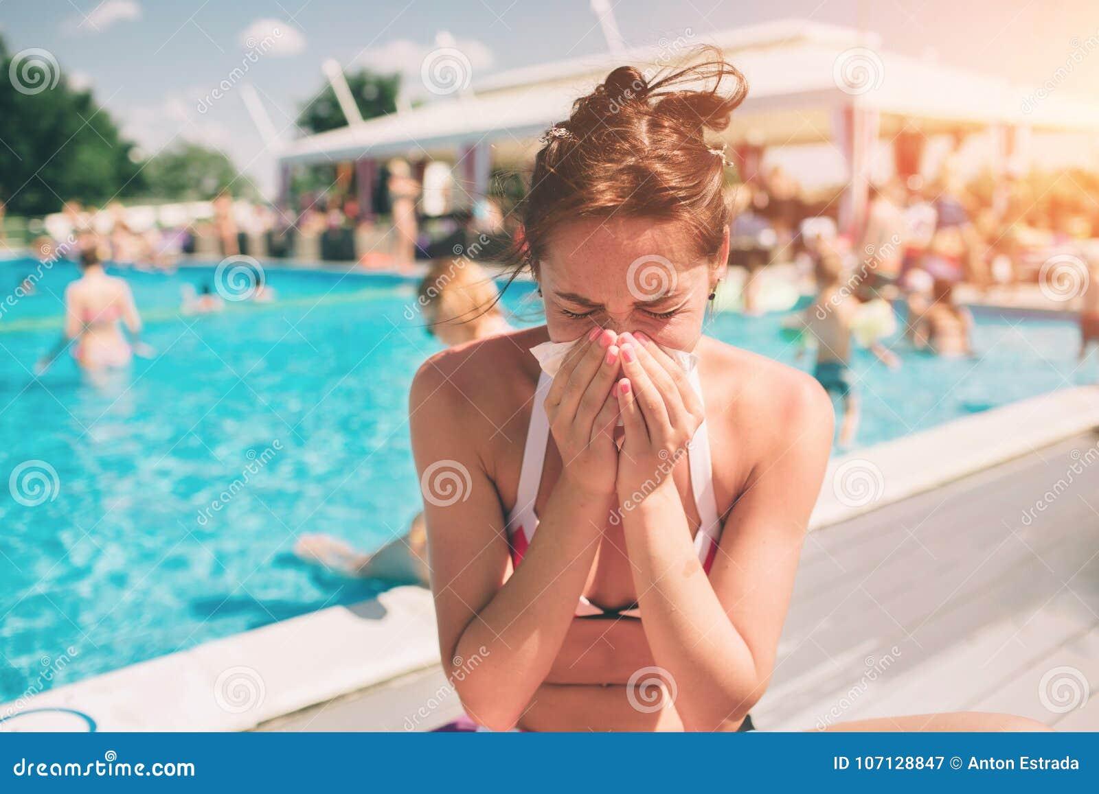 Bild från härliga kvinnor i bikini med näsduken Den sjuka kvinnliga modellen har den rinnande näsan Flickan gör en bot för