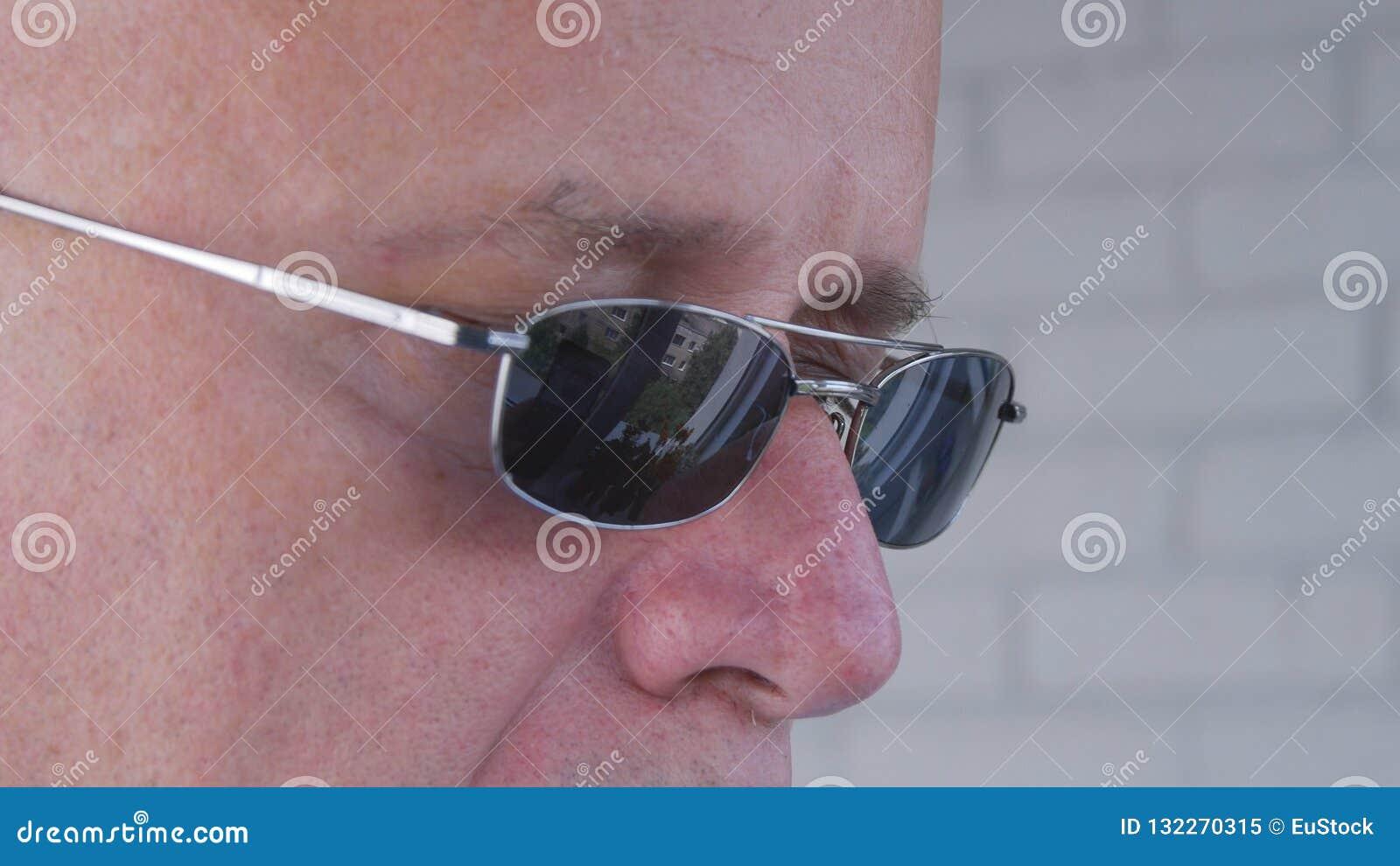 Bild med en säker affärsman Wearing Sunglasses