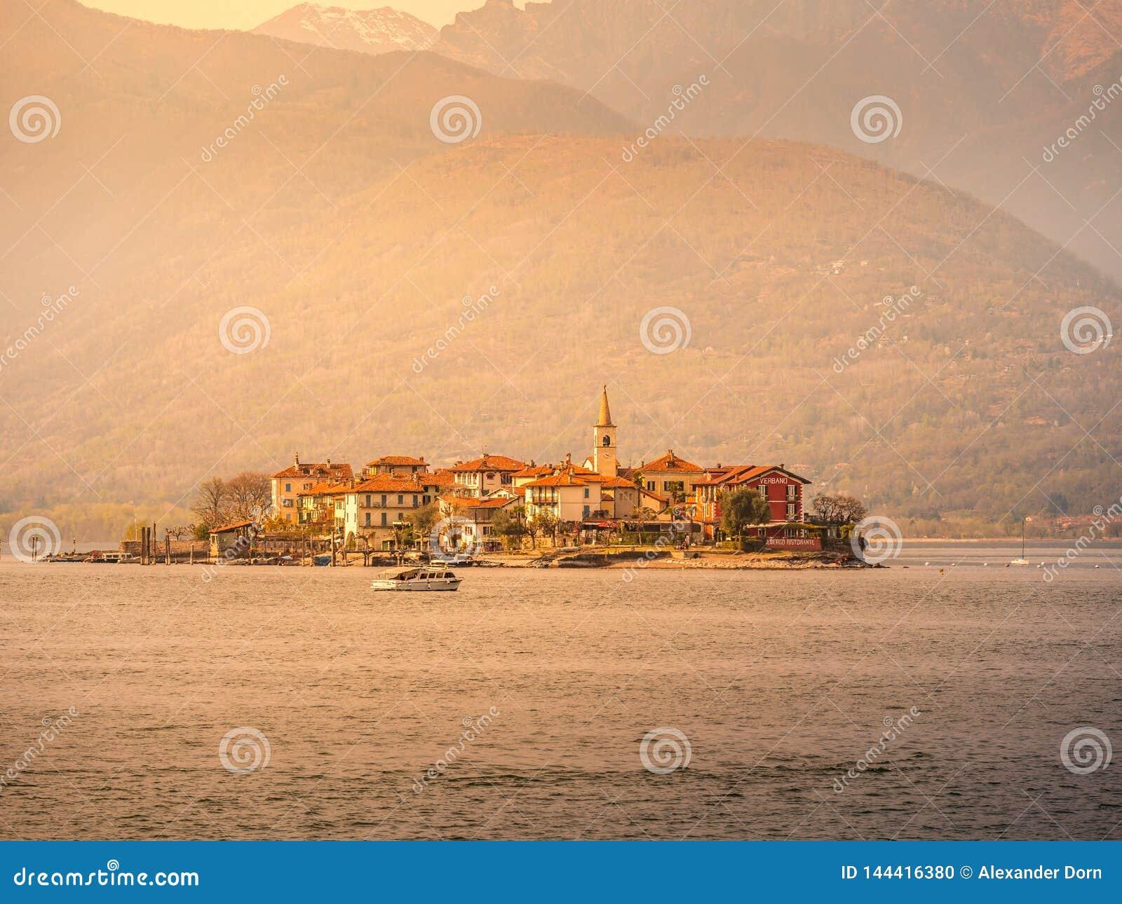 Bild von borromeo Insel auf dem See maggiorte während des Sonnenuntergangs