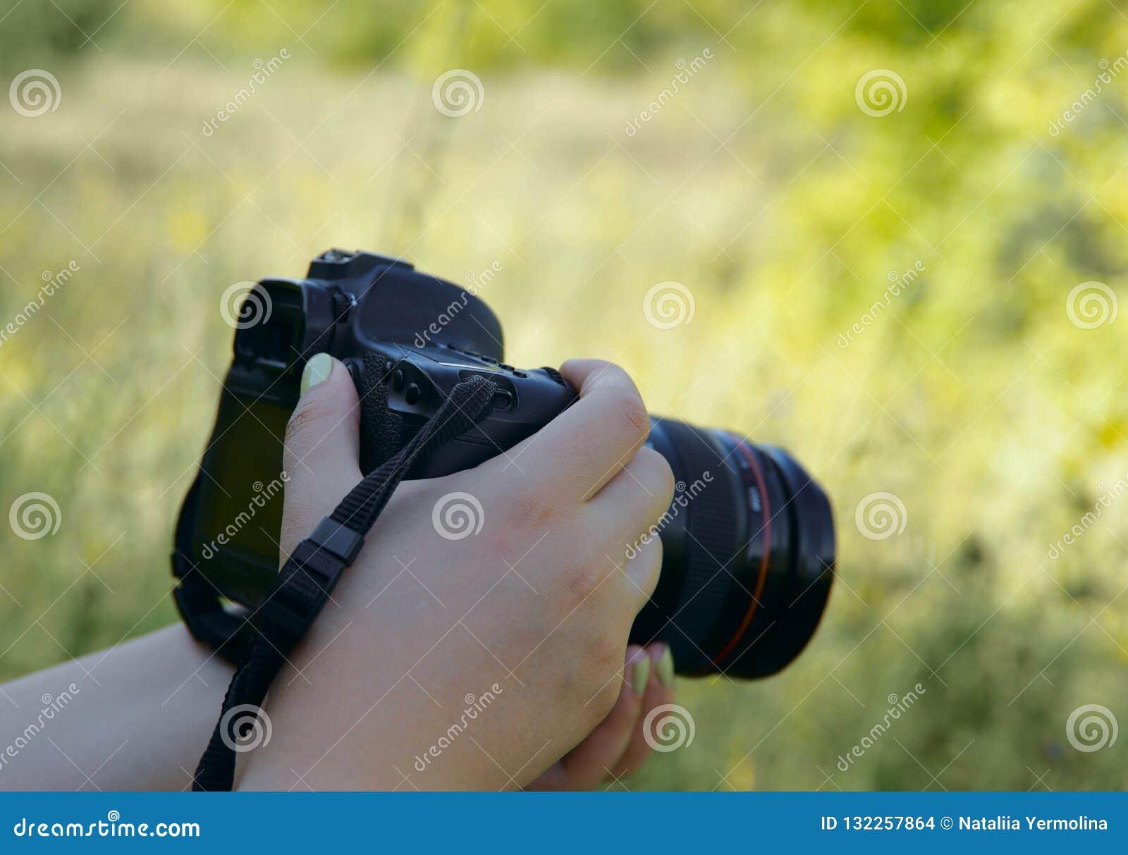 Bild von weiblichen Händen mit einer Kamera