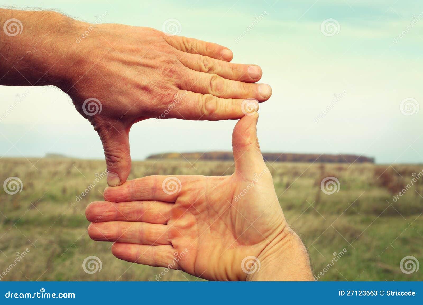 Bild von zwei Händen, die Landschaftsaufbau gestalten