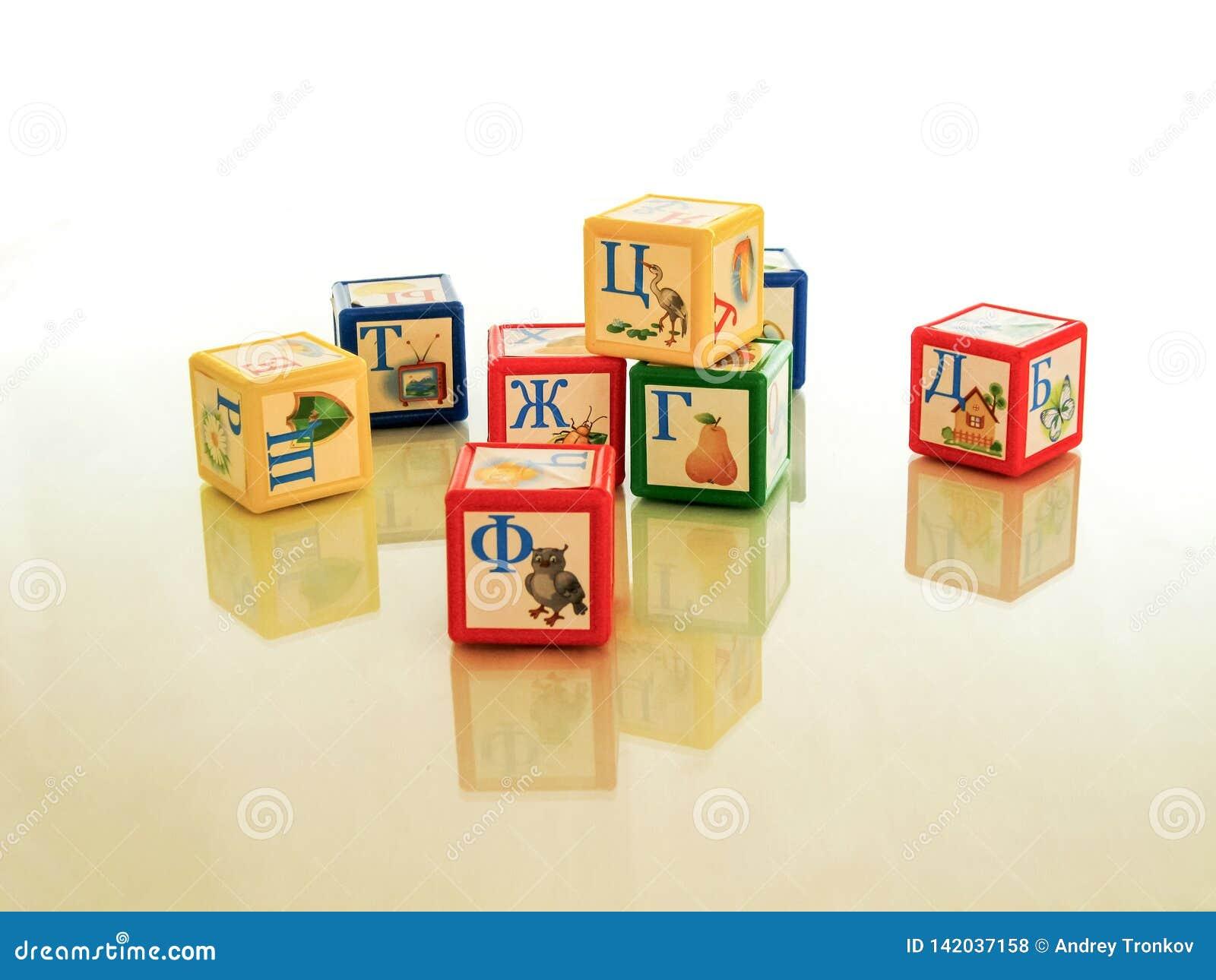 Bildande barns kuber - och den bildande leken, undervisar barngrammatiken och framkallar motorexpertis
