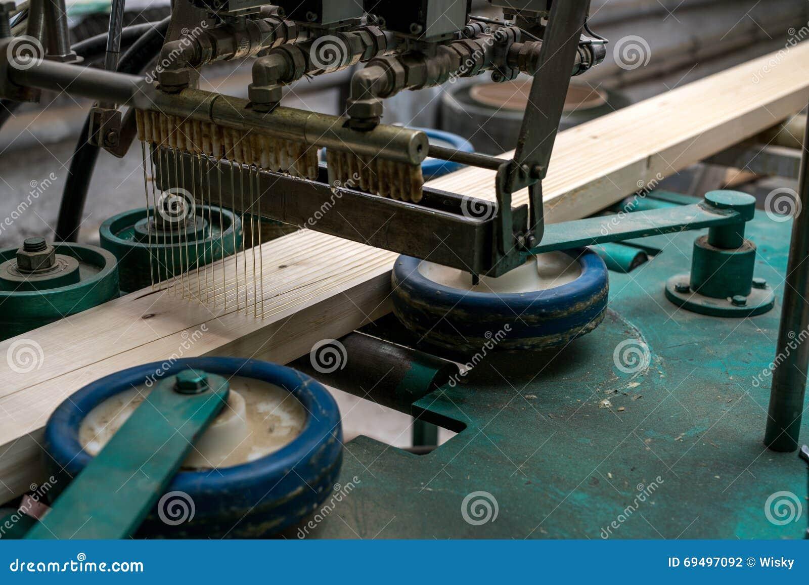Bilden av bindemedel applicerade till timmer för produktion
