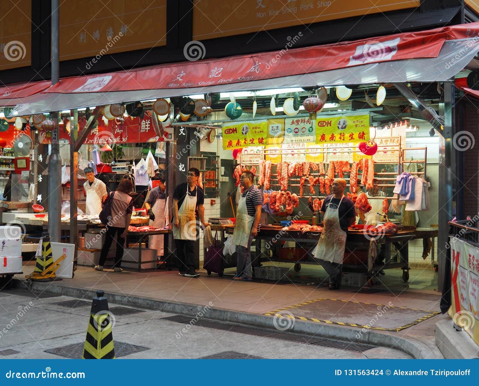 Bilden av ett griskött shoppar nära måttgatan