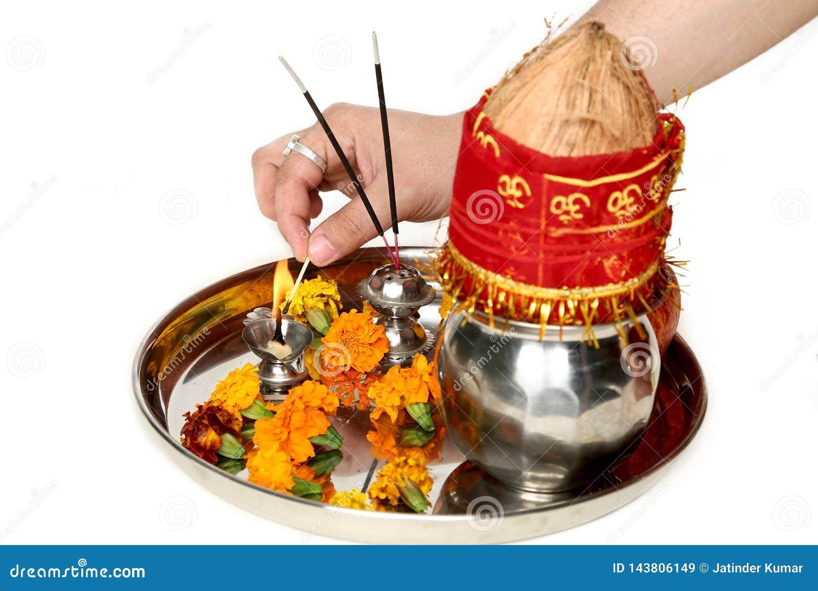 Bilden av handen bränner diya i härlig poojathali