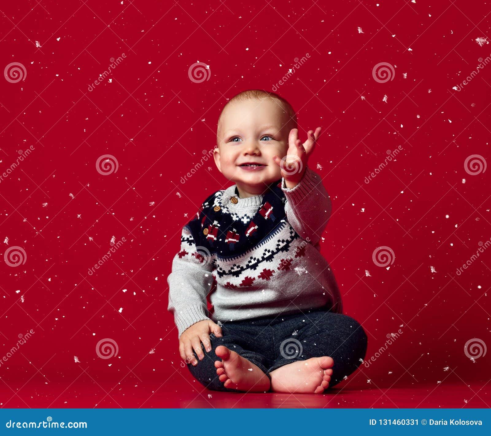 Bilden av sötsaken behandla som ett barn pojken, closeupstående av barnet, gulligt litet barn med blåa ögon