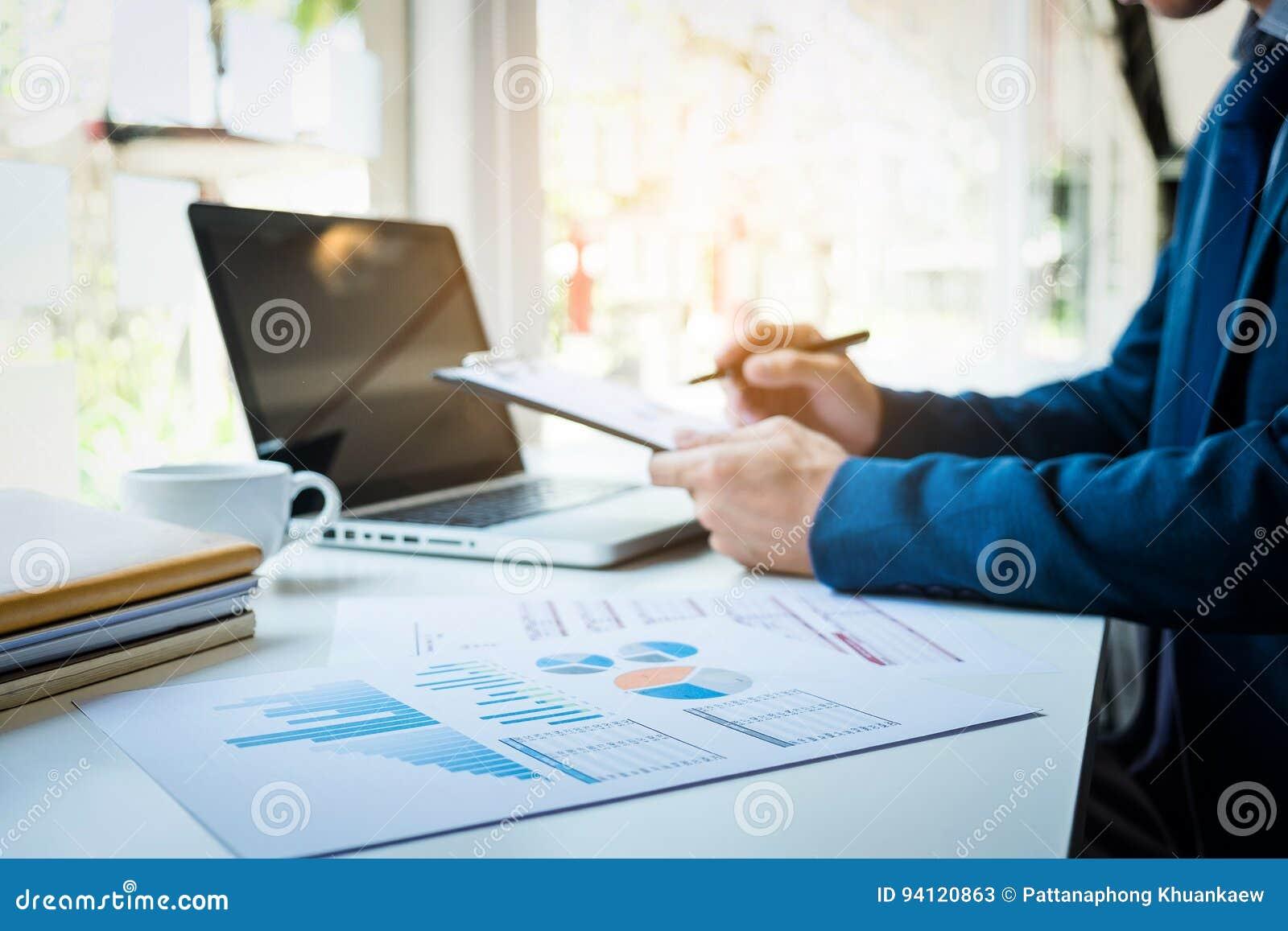Bilder des Geschäftsmannes arbeitend im Büro mit Laptop und documen