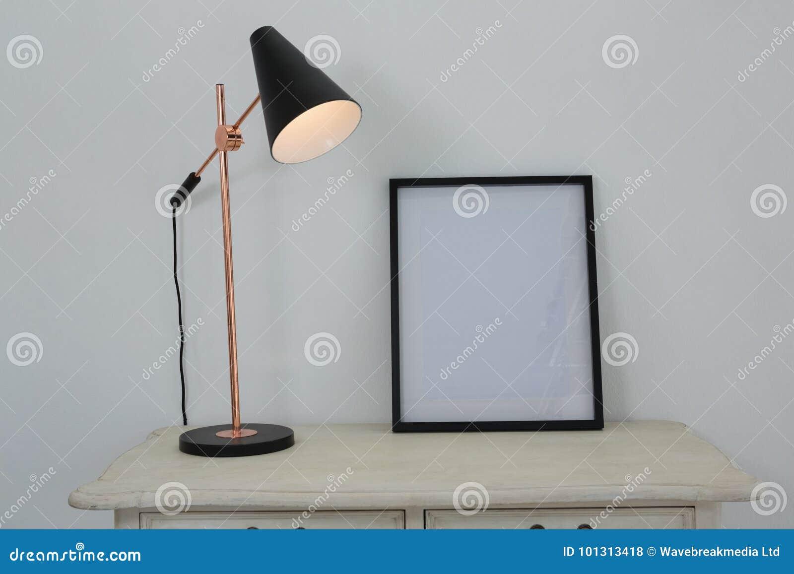 Bilderrahmen Und Belichtete Lampe Auf Tabelle Stockfoto - Bild von ...