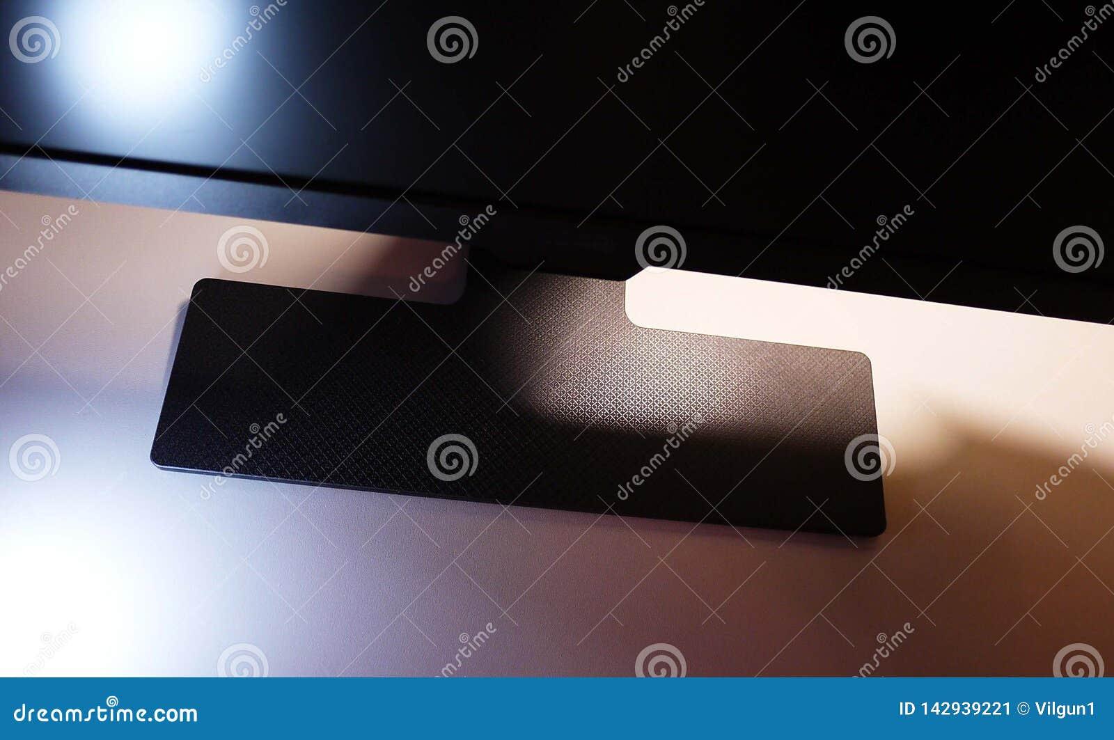 Bildskärm för LCD IPS för hemdator, skrivbord med en persondator och en bildskärm med ett stort diagonalt