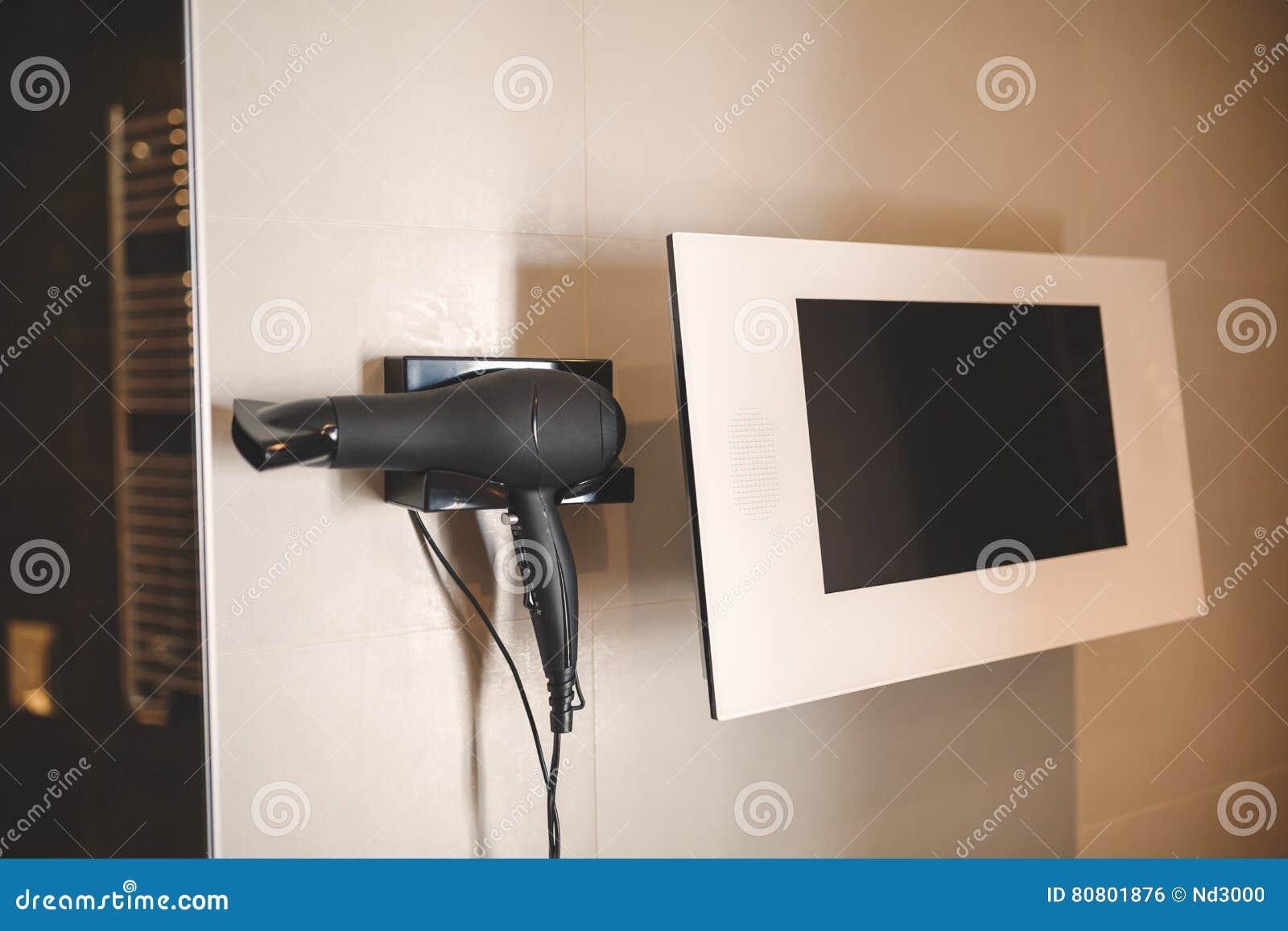 Bildskärmtv i badrum är modern utrustning