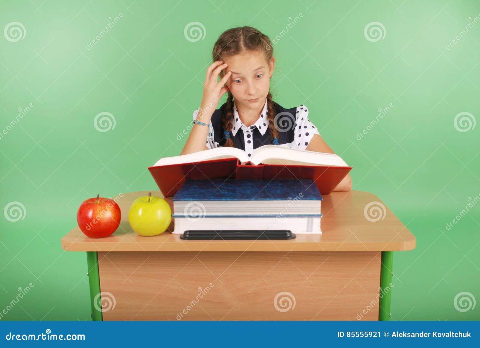 Bildung, Leute, Kinder und Schulkonzept - junges Schulmädchen