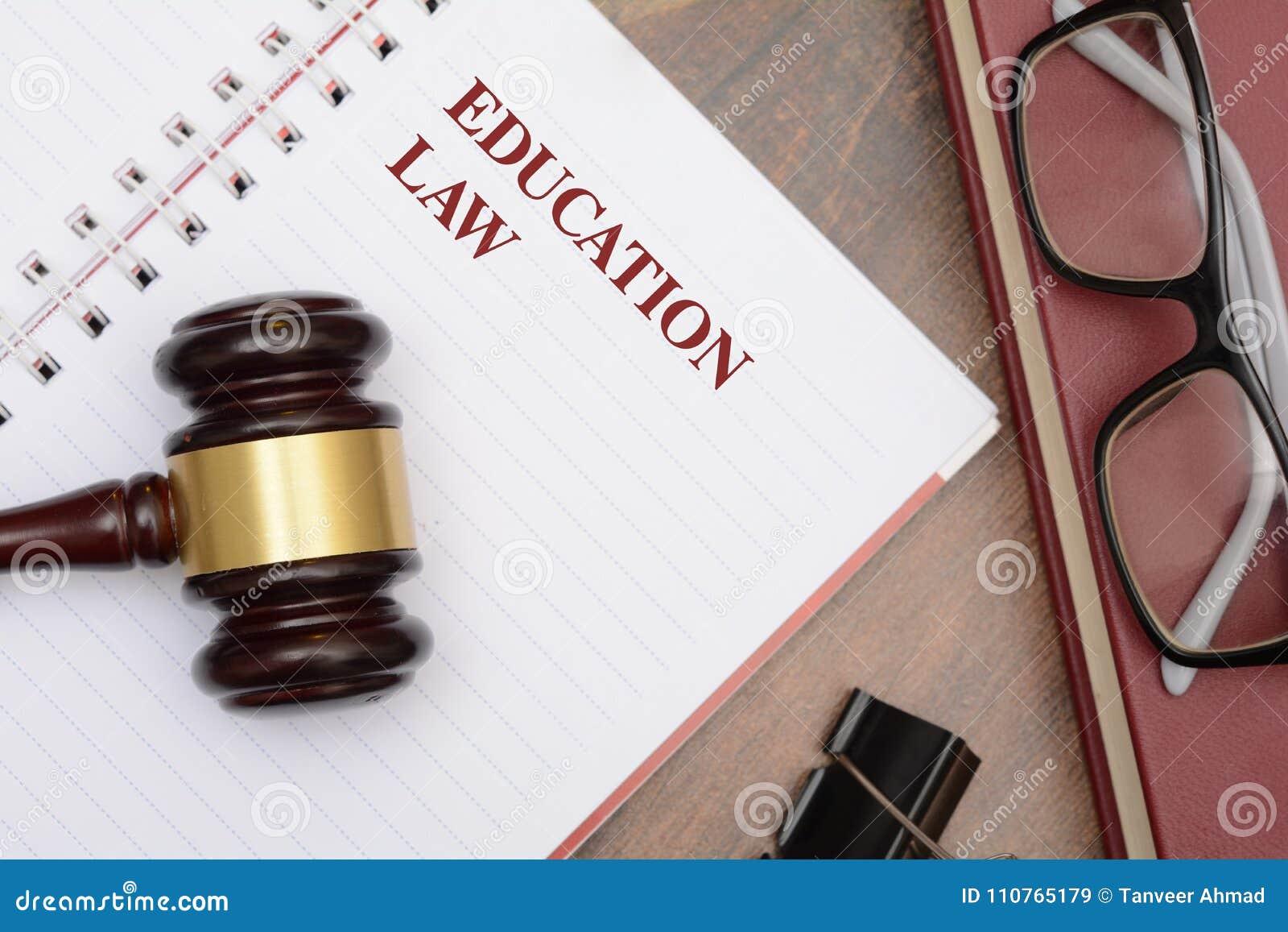 Bildungs-Gesetz mit Hammer und rotem Buch