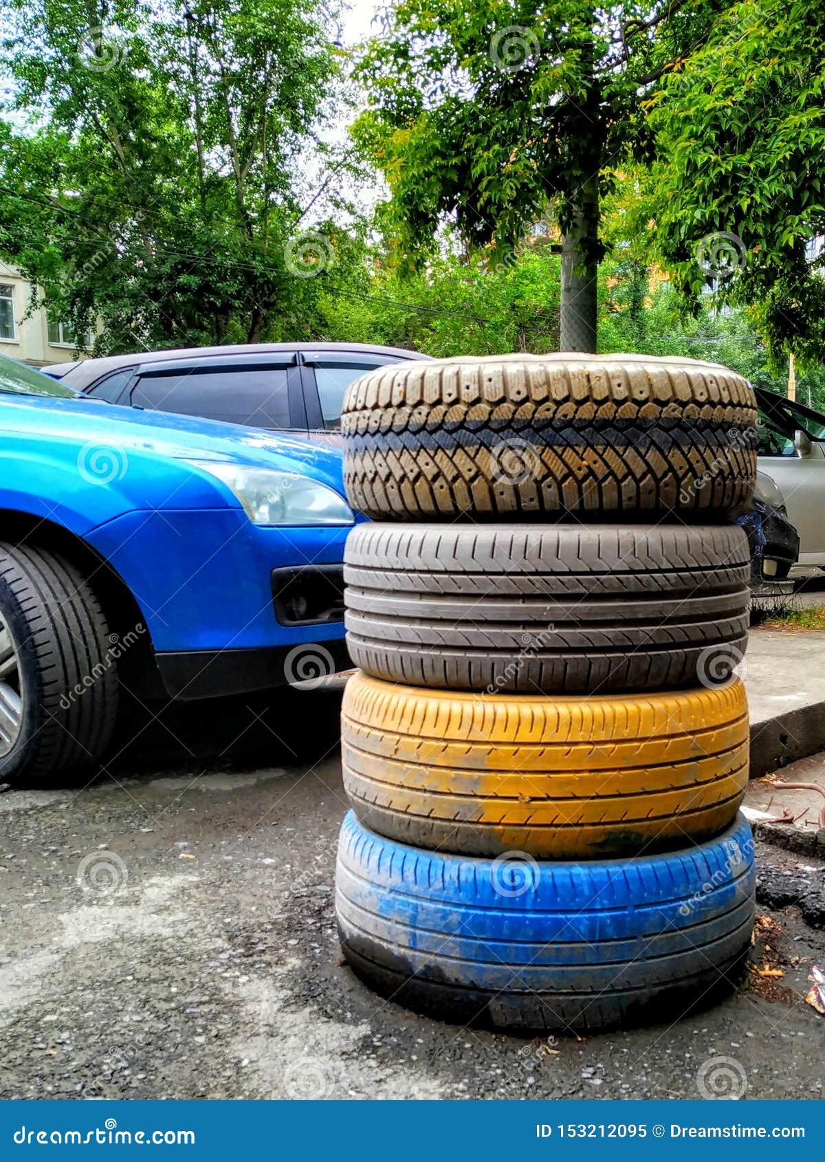 Bilgummihjul som överst staplas av de M?lat i guling och bl?tt