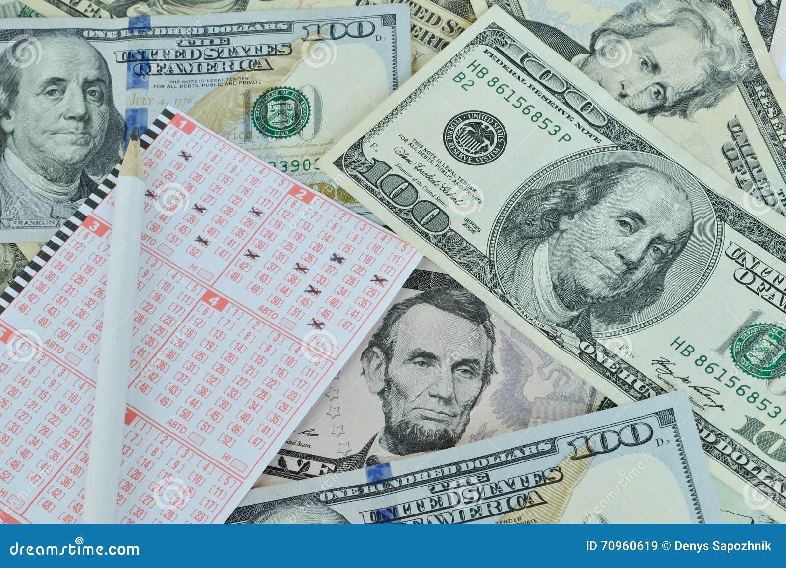 Bilhete e lápis de loteria no fundo do dólar