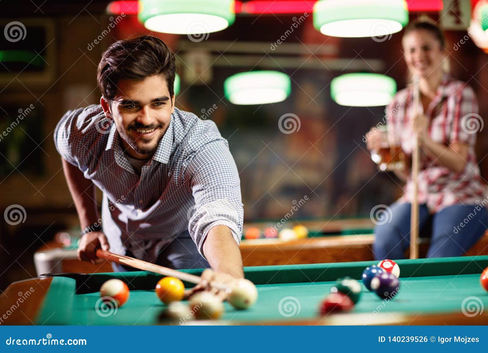 Biljartspel het glimlachen mens het spelen snooker
