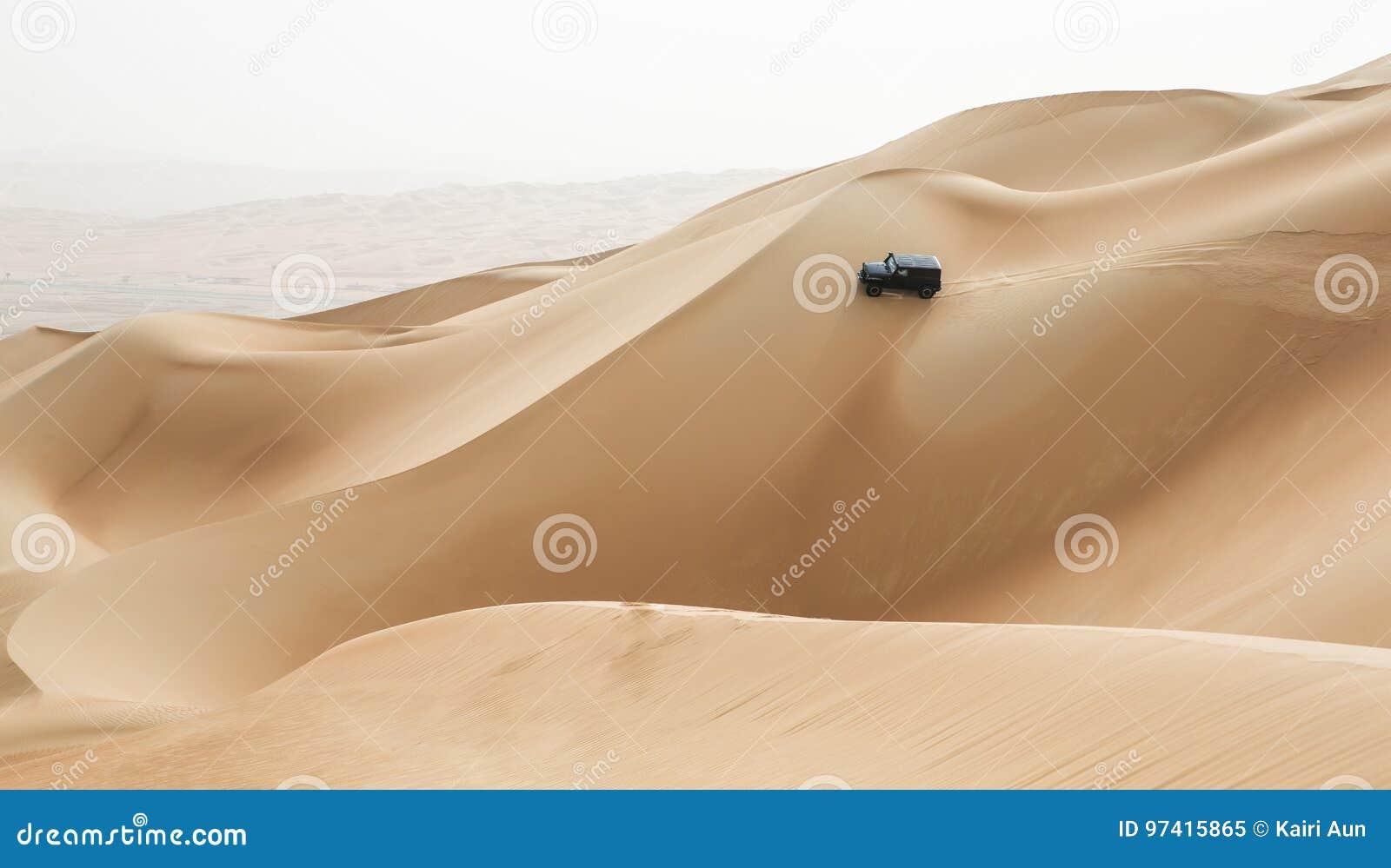 Bilkörning i Rubal Khali Desert på den tomma fjärdedelen, i Abu
