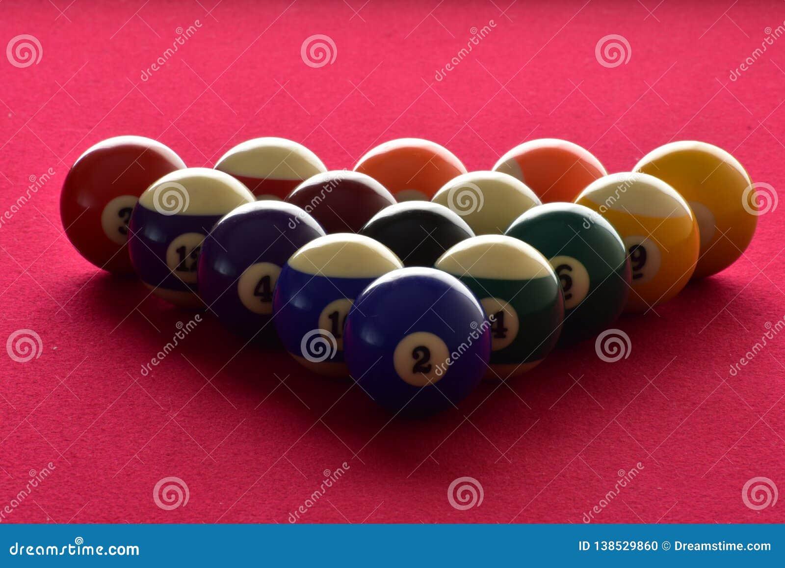 Billardkugeln auf einem roten geglaubten Billardtisch